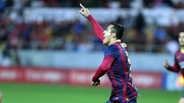 Alexis celebrates his goal in Seville.