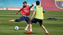 Gerard Piqué en una acció d'entrenament amb Busquets / FOTO: MIGUEL RUIZ - FCB