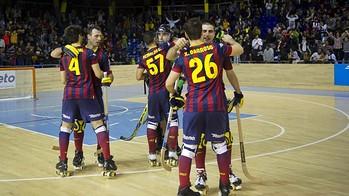 Alguns jugadors del Barça s'abracen després d'un partit per celebrar la victòria