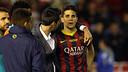 Isaac Cuenca intenta donar suport a Marc Bartra. / FOTO: MIGUEL RUIZ - FCB