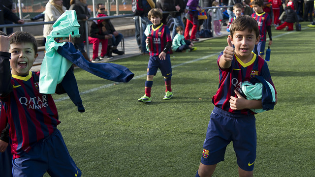 Children enjoying FCBEscola's classes