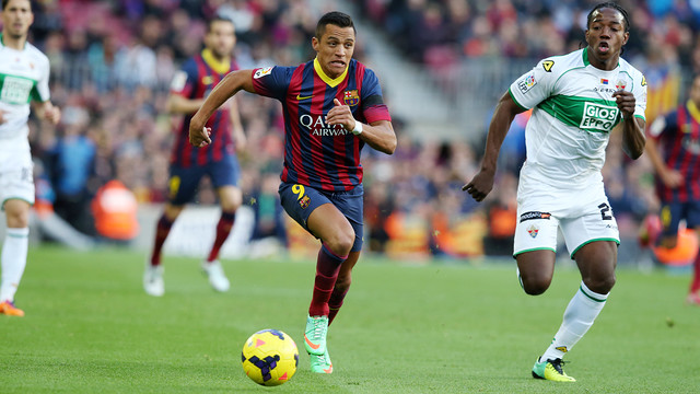 Alexis dribbling the ball against Elche