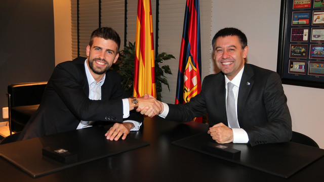 Gerard Piqué and Josep Maria Bartomeu signed the former's new contract in the club offices on Sunday / PHOTO: MIGUEL RUIZ - FCB