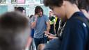 Carles Puyol a l'aeroport i parlant per telèfon