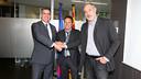 Eusebio signs his contract, Jordi Mestre and Andoni Zubizarreta were present / PHOTO: MIGUEL RUIZ - FCB
