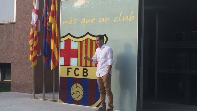 Bravo posed for the traditional picture with the club crest. PHOTO: FCB.