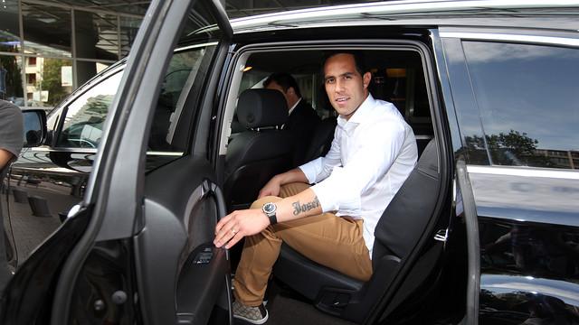 Claudio Bravo ha llegado este domingo a Barcelona / FOTO: MIGUEL RUIZ - FCB
