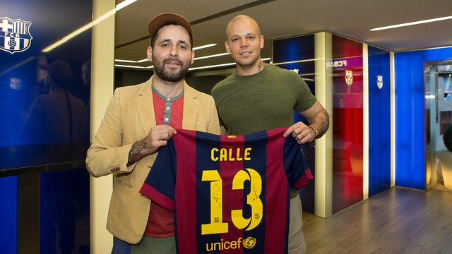 Calle 13 received a shirt with the band's name on the back / PHOTO: GERMÁN PARGA - FCB