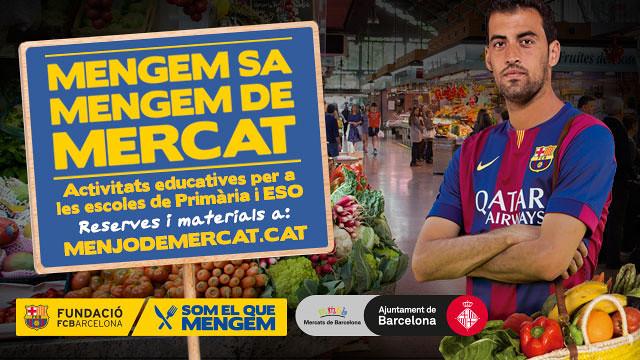 Sergio Busquets en un mercado con la camiseta del Barça y una bolsa con hortalizas colgada del hombro. Activitades educativas para Primaria y ESO. Reservas y materiales en la web www.menjodemercat.cat