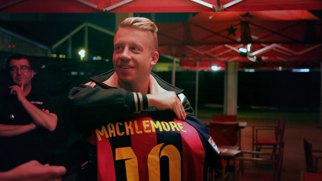 Rapper Macklemore wears Barcelona Number 10 shirt and waves Catalan flag at Cruïlla concert [Video]