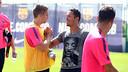 Adriano ha compartit una estona amb els companys / FOTO: MIGUEL RUIZ - FCB