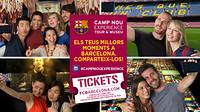 Um grupo de pessoas faz 'selfies' na Camp Nou Experience.