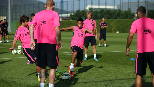 The players doing a Rondo in training / PHOTO: MIGUEL RUIZ-FCB