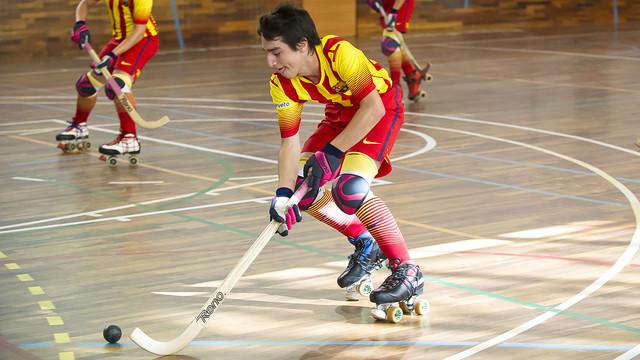 El jove Manel Román condueix la bola en un partit amb el Barça