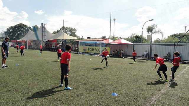 Grup de nens jugant a l'FCB Escola a Sao Paulo
