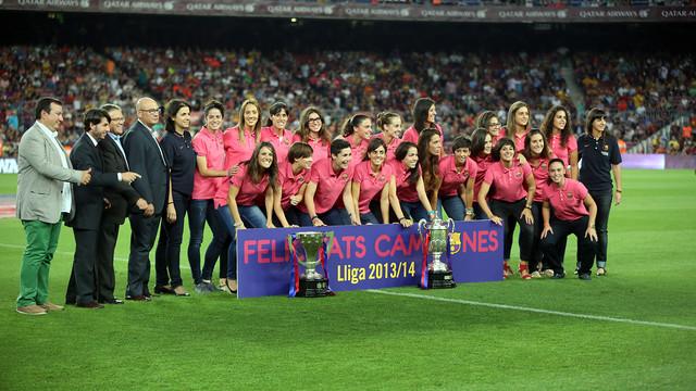 El Femení A amb les copes davant de l'afició blaugrana abans del Barça - Elx