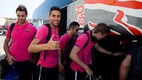 Beberapa pemain futsal FCB yang mengambil tas mereka dari bus