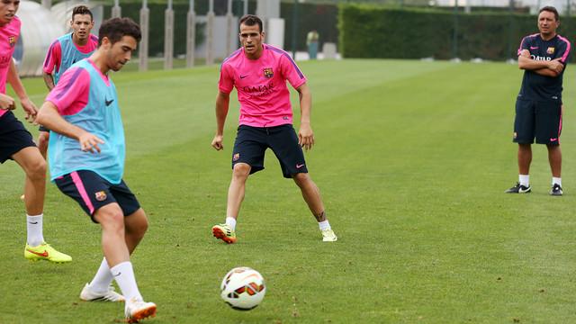Sandro, sobre la gespa de la Ciutat Esportiva, durant l'entrenament del Barça B