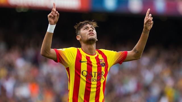 Neymar celebra um gol erguendo as mão aos céus.