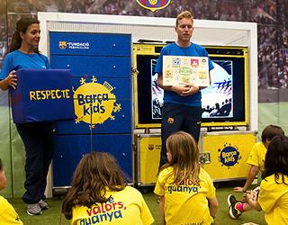 Nens escoltant Programa educatiu