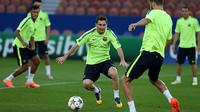 Messi sedang menggiring bola di lapangan