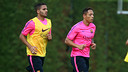 Douglas et Adriano, pendant un entrainement / PHOTO: ARXIU FCB
