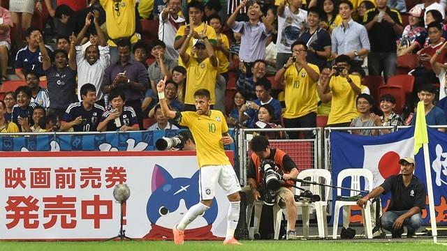 Neymar celebra um dos gols contra o Japão.