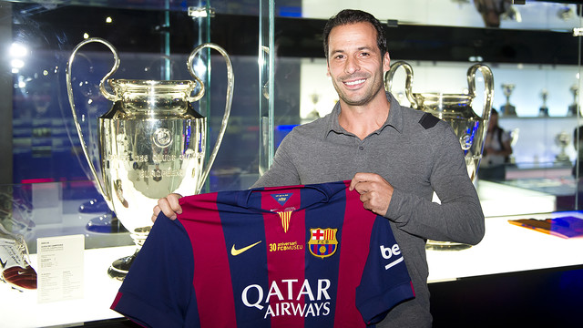 Ludovic Giuly attended the FC Barcelona Museum's 30th anniversary and posed with the trophy he won with the Club in 2006