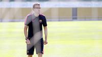 Luis Enrique sedang berjalan di lapangan memakai kacamata hitam