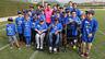 Un grup de nens envolta a Messi en un camp de la Ciutat Esportiva