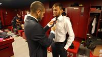 Alves sedang memasangkan dasi untuk Neymar