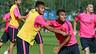 Neymar dan Rafinha memegang bahu satu sama lain dalam sesi latihan