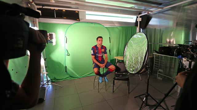 Xavi assegut en una cadira davant d'una càmera de vídeo