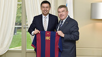 Bartomeu and Bach with a barça shirt printed with the initials IOC