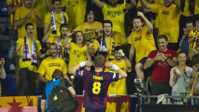 El capitan Víctor Tomás con la afición del Palau Blaugrana / FOTO: VÍCTOR SALGADO-FCB