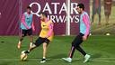 Iniesta, avec le ballon, lors de l'entrainement de jeudi / MIGUEL RUIZ-FCB