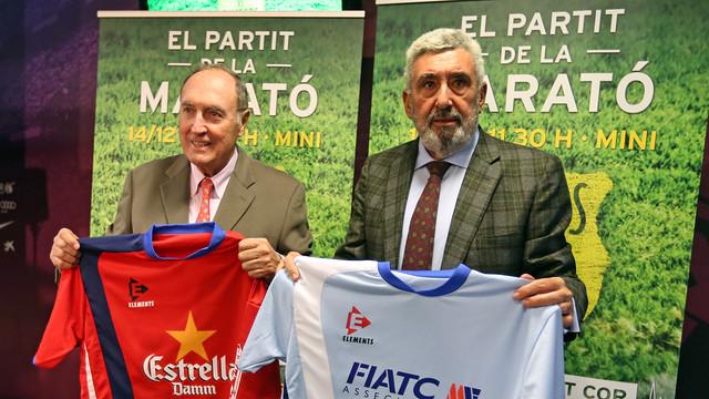 Ramon Pont i Jaume Llauradó amb les samarretes del partit a les mans, durant la presentació del partit