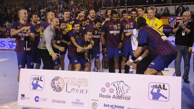 Els blaugranes celebrant el títol de la Copa Asobal 2011/12 a Lleó / FOTO:ARXIU-FCB