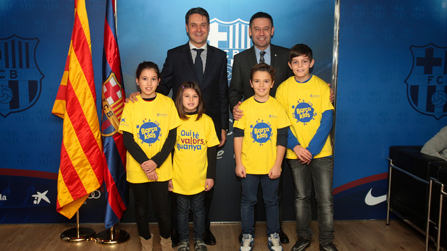 Un grupo de niños con unas camisetas en donde se lee la palabra 'Barçakids' con Bartomeu y Bertolín