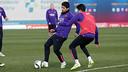 Luis Suárez y Marc Bartra, en acción durants el entrenamiento de este martes / FOTO: MIGUEL RUIZ - FCB