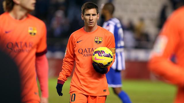 Messi membawa bola di tanganya keluar dari lapangan