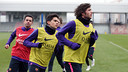 Sergi Roberto, Bartra y Xavi, durante el entrenamiento de este lunes / FOTO: MIGUEL RUIZ-FCB