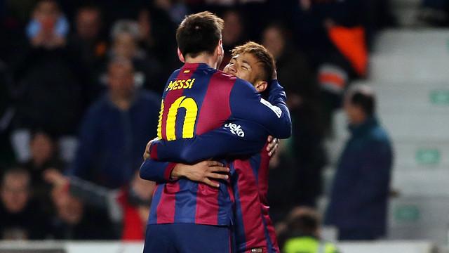 Messi e Neymar se abraçam na goleada sobre o Elche (0-6)