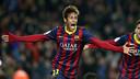 Neymar, celebrando um gol, com os braços abertos.