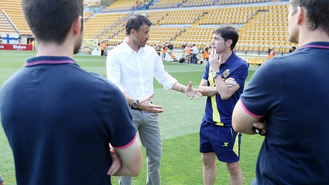 Luis Enrique and Marcelino García speak before their first meeting this season. / PHOTO: MIGUEL RUIZ - FCB