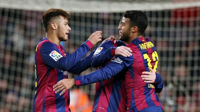 Neymar dan Rafinha berpelukan di depan gawang