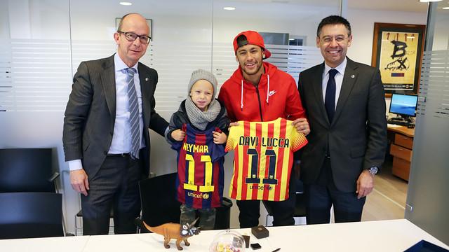 Neymar e o seu filho Davi Lucca acompanhados de Bartomeu e Cardoner