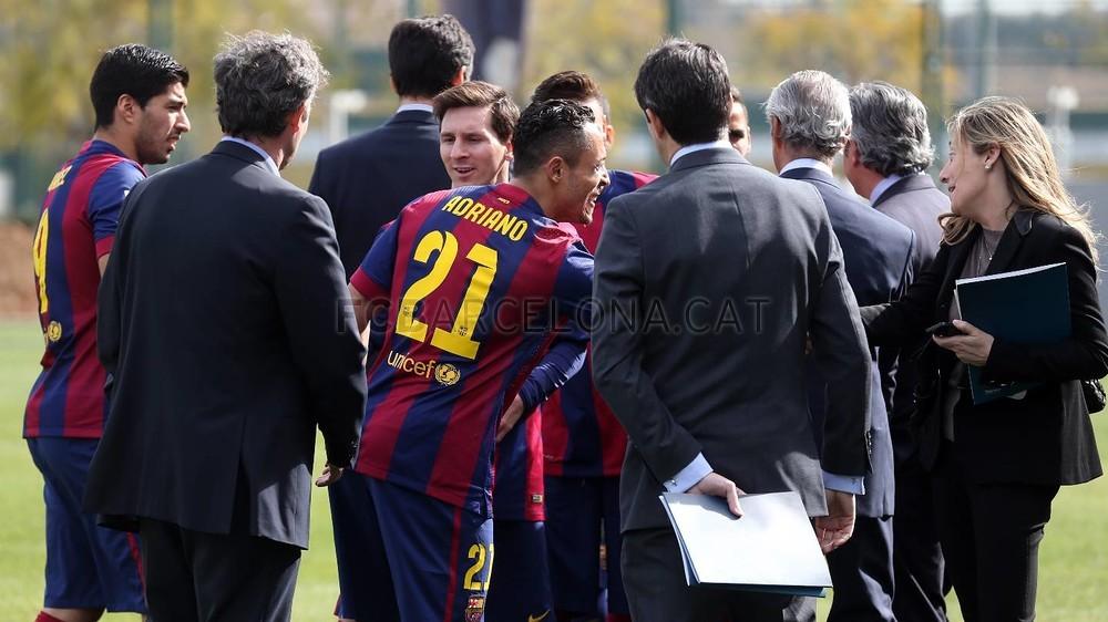 بالصور والفيديو  : لاعبو برشلونة يعلنون عن عقد بث مباريات الفريق للموسم المقبل Pic_2015-02-18_ACUERDO_TELEFONICA_01-Optimized.v1424268308