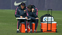 Luis Enrique and Juan Carlos Unzué work on strategy during Friday's training session. - MIGUEL RUIZ