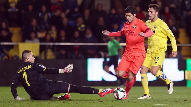 Suárez evades Asenjo to net Barça's third goal of the evening. / MIGUEL RUIZ-FCB